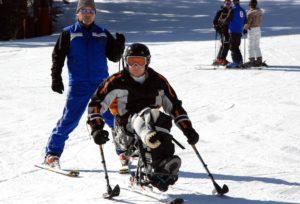 sci disabile italiaccessibile 300x204 - Vivere la montagna d'inverno in Val di Fassa con corso di sci per persone con disabilità