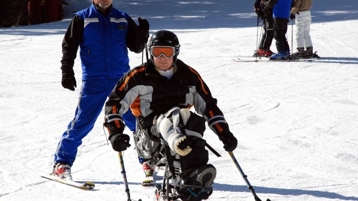 Vivere la montagna d'inverno in Val di Fassa con corso di sci per persone con disabilità