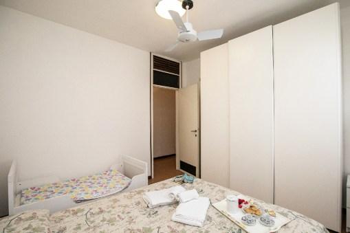 Slaapkamer 2 met 2-persoonsbed en kinderbedje