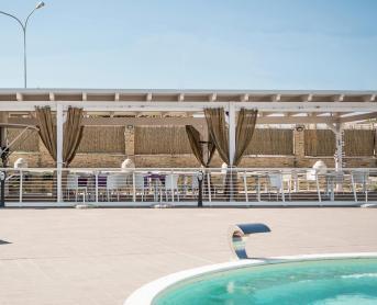 Overdekt terras bij het zwembad