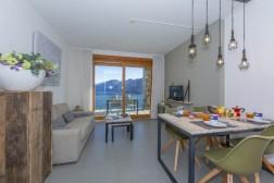 1Woonkamer met toegang tot het prive-terras en uitzicht op het Comomeer