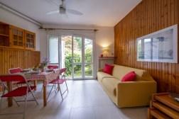 Woonkamer met open keuken en toegang tot de tuin