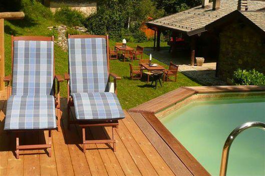 Klein prive-zwembad en iets lager de tuin en de twee huizen
