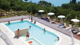 Omheind zwembad met kinderbadje