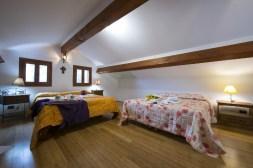 Slaapkamer met wtee 2-persoonsbedden