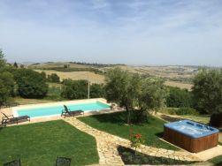 Uitzicht op de tuin met prive-zwembad en jacuzzi met fantastisch uitzicht