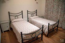 Slaapkamer met twee 1-persoonsbedden (appartement benedenverdieping)