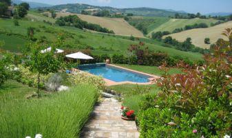Het prive-zwembad gezien vanaf het huisje