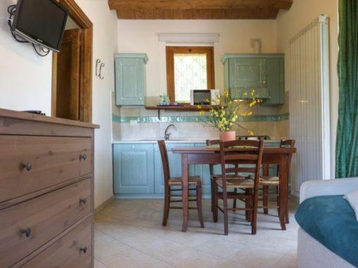 Woonkamer met open keuken, eethoek en zithoek