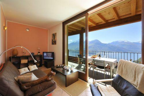 Woonkamer met schitterend uitzicht en schuifdeur naar het terras