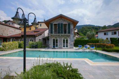 Het vakantiehuis met het zwembad er direct voor