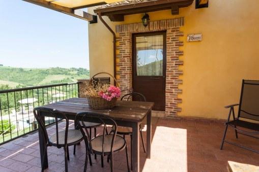 Appartement Ginepro   Terras met zicht op het zwembad
