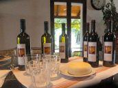 Wijn van het eigen landgoed en streekkaas
