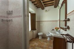 Appartement Ginepro | Badkamer met bad