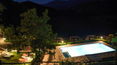 Het zwembad 's avonds
