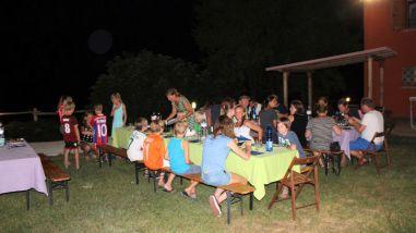 Samen met de andere gasten eten op de agriturismo