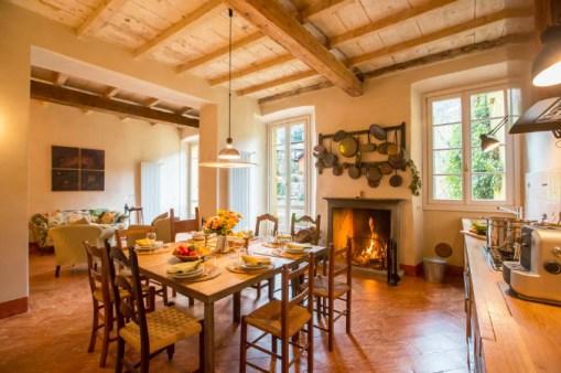 Groet sfeervolle woonkeuken met open haard