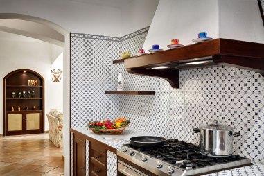 Sfeervolle, volledig uitgeruste keuken