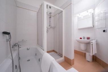 Appartement T13   Badkamer met bad en douche