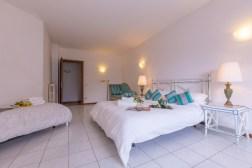 Slaapkamer 2 met 2-persoonsbed en 1-persoonsbed