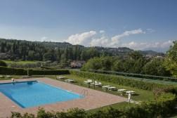 Het zwembad met zonneterras en ligstoelen