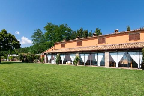 De villa met grote tuin en groot terras aan de zijkant