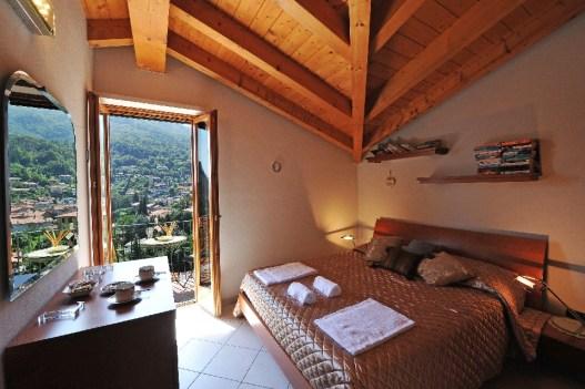 Slaapkamer 2 met 2-persoonsbed en balkon