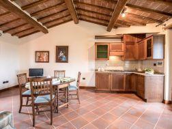 Woonkamer met open keuken van een van de zes appartmenten