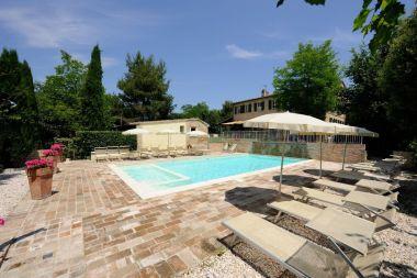 Het prive-zwembad met groot zonneterras