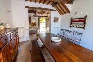 Eetkamer met lange tafel