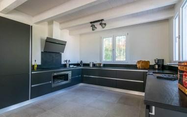 Grote volledig uitgeruste open keuken huis 1