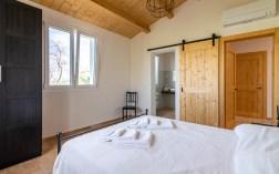 Slaapkamer 1 met 2-persoonsbed en en-suite badkamer huis 1