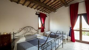 De slaapkamer met 2-persoonsbed en ruimte voor een extra bed