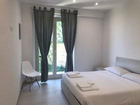 Slaapkamer met 2-persoonsbed en toegang tot de tuin