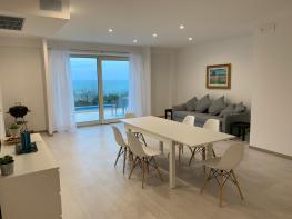 De woonkamer met uitzicht op zee