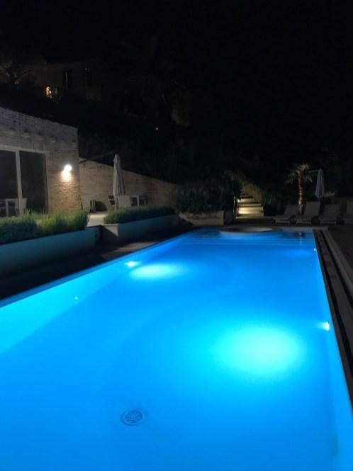 Het prive-zwembad met verlichting