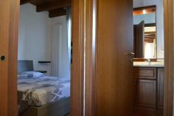 Slaapkamer 1 met 2-persoonsbed en de badkamer