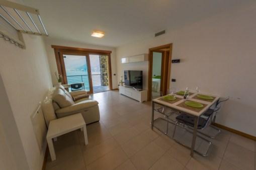 Woonkamer met toegang tot het terras en uitzicht op het Comomeer