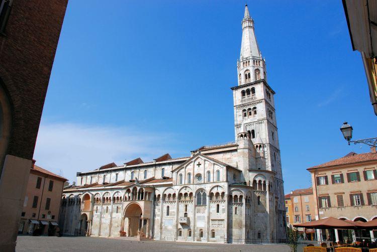 italiainpiega-pieghe meravigliose-itinerari moto pianura padana-unesco-modena-ghirlandina