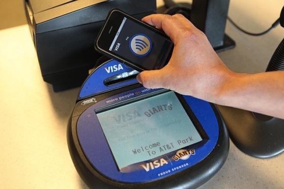 143412 iphone visa mobile payment iPhone 5 probabilmente non avrà il sistema NFC per i pagamenti, forse arriverà su iPhone 6