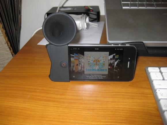 horn stand music O Horn Stand di Troppotogo. Il tuo iPhone diventa Grammofono.
