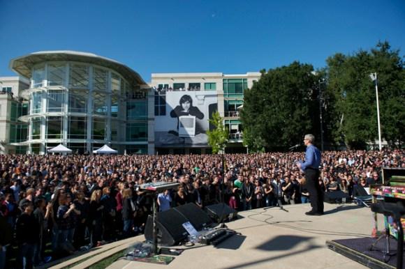 19october 19 employee celebration of steve jobs life 580x386 Apple pubblica le immagini dellevento memoriale in onore di Steve Jobs