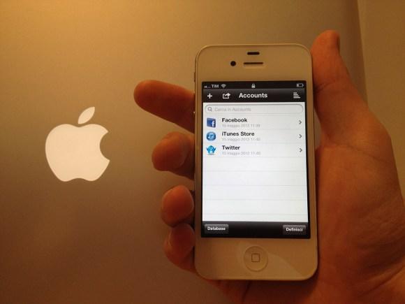 iDB hand 580x435 Tutorial iPhone: Creare un database per memorizzare le proprie password con iDatabase