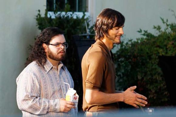 12.06.13 Kutcher 580x386 Gli attori del film su Jobs immortalati sul set