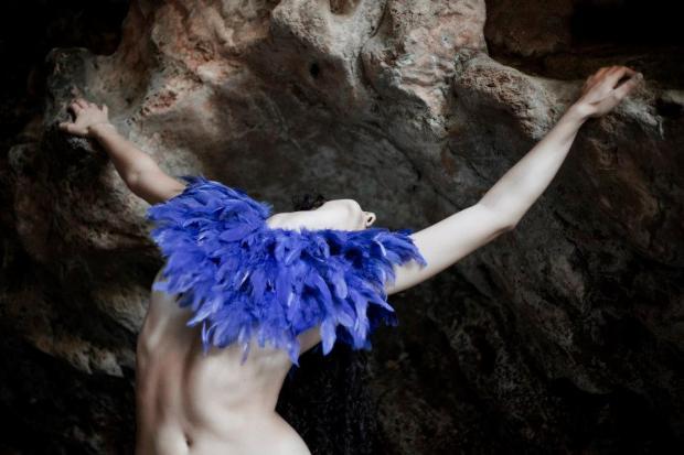 Piume 620x413 Danza ed atmosfere eteree si fondono nella mostra Galatea di Irina Mattioli