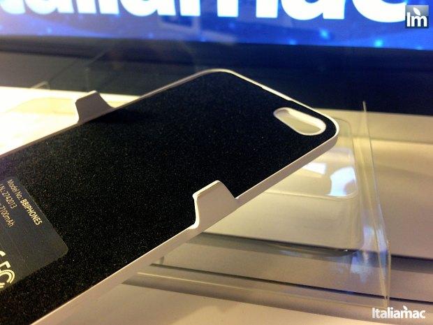 puro battery bank cover 013 620x465 Provato per voi: iPhone 5 Battery Bank Cover, la batteria di riserva a forma di cover di Puro
