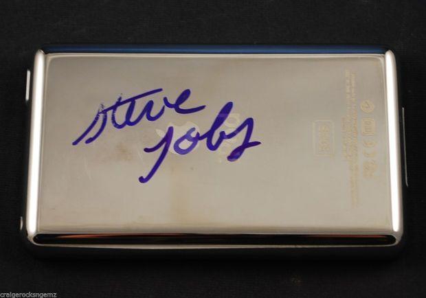 iPod Autografato Da Steve Jobs 620x434 Un iPod autografato da Steve Jobs in vendita su eBay per 9000$