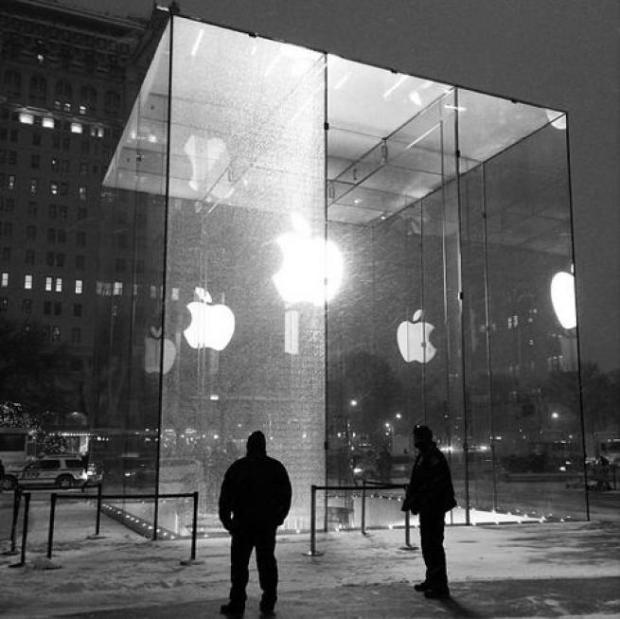 apple store newyork cristallo rotto 1 620x619 Il cubo di cristallo dellApple Store di New York colpito e danneggiato da uno spazzaneve (Galleria)