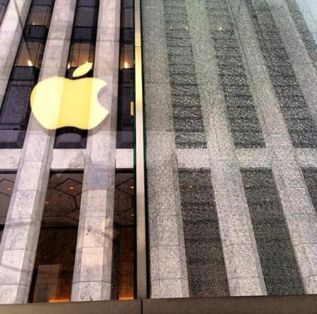 apple store newyork cristallo rotto 2 620x615 Il cubo di cristallo dellApple Store di New York colpito e danneggiato da uno spazzaneve (Galleria)