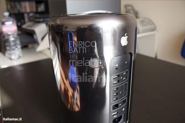 Apple MacPro Black Italiamac 011 620x413 Abbiamo provato il nuovo Mac Pro, il gioiello nero di Apple. Impressioni e galleria fotografica.